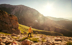 Giovane donna che fa un'escursione stile di vita all'aperto di viaggio immagine stock libera da diritti