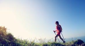 Giovane donna che fa un'escursione sulla montagna della spiaggia Fotografie Stock