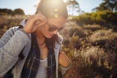 Giovane donna che fa un'escursione un giorno soleggiato Fotografie Stock