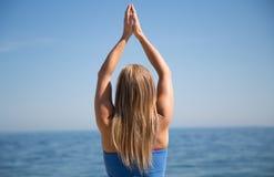 Giovane donna che fa yoga Immagine Stock Libera da Diritti