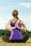 Giovane donna che fa yoga all'aperto Immagini Stock