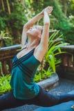 Giovane donna che fa yoga fuori nell'ambiente naturale Fotografia Stock Libera da Diritti