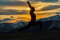 Giovane donna che fa yoga nelle montagne immagini stock libere da diritti