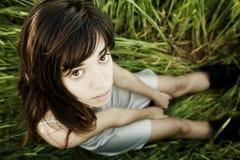 Giovane donna che fissa alla macchina fotografica Fotografie Stock Libere da Diritti
