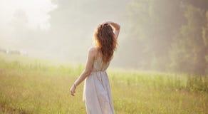 Giovane donna che fissa nella distanza fotografie stock libere da diritti