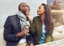 Giovane donna che flirta con il suo ragazzo Immagini Stock Libere da Diritti