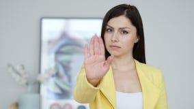Giovane donna che gesturing fermata, rifiutante invito archivi video