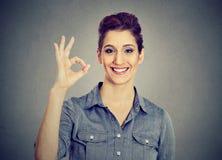 Giovane donna che gesturing segno GIUSTO immagini stock libere da diritti