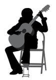 Giovane donna che gioca chitarra acustica Fotografie Stock Libere da Diritti