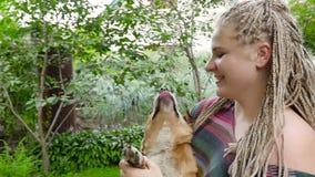 Giovane donna che gioca con il cane HD archivi video