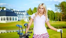 Giovane donna che gioca golf immagine stock