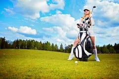 Giovane donna che gioca golf immagine stock libera da diritti