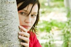 Giovane donna che gioca pellame - e - ricerca Immagine Stock