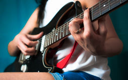 Giovane donna che gioca sulla chitarra Fine in su Fotografie Stock Libere da Diritti