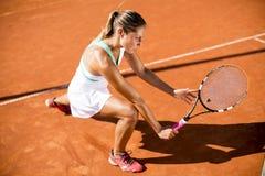 Giovane donna che gioca tennis Immagini Stock