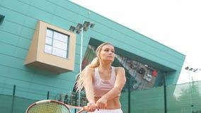 Giovane donna che gioca a tennis, fine su video d archivio