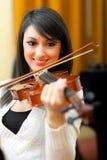 Giovane donna che gioca violino Fotografia Stock