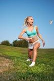 Giovane donna che gioca volano in un parco della città immagine stock