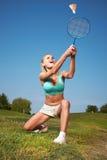 Giovane donna che gioca volano in un parco della città immagini stock libere da diritti