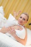 Giovane donna che gode del letto Fotografia Stock
