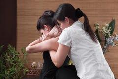 Giovane donna che gode del massaggio Immagine Stock