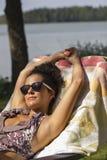 Giovane donna che gode del sole Immagine Stock