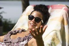 Giovane donna che gode del sole Immagine Stock Libera da Diritti