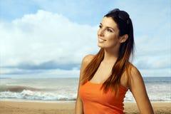 Giovane donna che gode del sole di estate sulla spiaggia Fotografia Stock