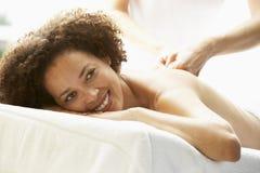Giovane donna che gode del trattamento di pietra caldo immagine stock
