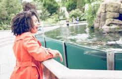 Giovane donna che gode della manifestazione allo zoo Immagini Stock Libere da Diritti