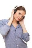 Giovane donna che gode della musica in cuffie immagini stock