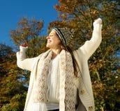 Giovane donna che gode di un giorno soleggiato dell'autunno all'aperto Immagini Stock Libere da Diritti