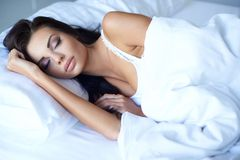 Giovane donna che gode di un sonno di notti riposanti Fotografie Stock Libere da Diritti