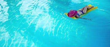 Giovane donna che gode di una piscina Immagini Stock Libere da Diritti