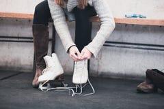 Giovane donna che gode nello smammare del ghiaccio immagine stock libera da diritti