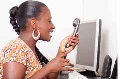 Giovane donna che grida nel telefono Immagine Stock Libera da Diritti