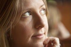 Giovane donna che guarda fuori al lato Fotografie Stock Libere da Diritti