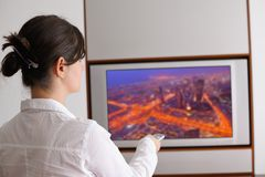 Giovane donna che guarda TV a casa Fotografia Stock
