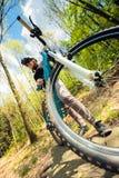 Giovane donna che guida il suo mountain bike Immagini Stock Libere da Diritti