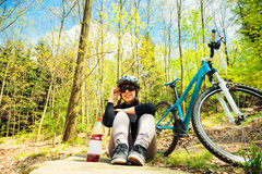 Giovane donna che guida il suo mountain bike Fotografie Stock Libere da Diritti