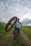 Giovane donna che guida la sua bici su una traccia rurale Fotografia Stock