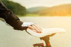 Giovane donna che guida una bici Fotografia Stock