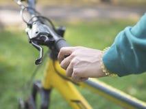 Giovane donna che guida una bici nell'estate fotografia stock libera da diritti