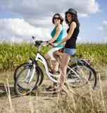 Giovane donna che guida una bicicletta Immagini Stock Libere da Diritti
