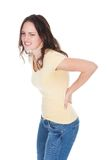 Giovane donna che ha dolore alla schiena Fotografie Stock Libere da Diritti