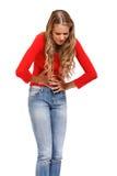 Giovane donna che ha dolore terribile in stomaco fotografie stock libere da diritti
