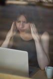 Giovane donna che ha emicrania Fotografie Stock Libere da Diritti