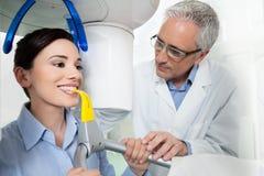 Giovane donna che ha raggi x digitali panoramici con il dentista Immagine Stock
