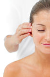 Giovane donna che ha un massaggio capo in una stazione termale Immagine Stock Libera da Diritti
