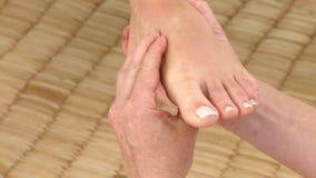 Giovane donna che ha un massaggio del piede stock footage